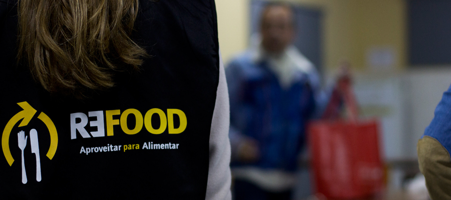 Refood volunteer wearing a jacket with the organization's moto: 'Save to Feed'. ©Refood